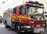 Brandmännen tutar med sin brandbil och befäster sin hjälteroll