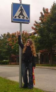 Någon har med hjälp av en bit svart isoleringstejp konstruerat om Herr går man-skylten vid Stockholms Universitet
